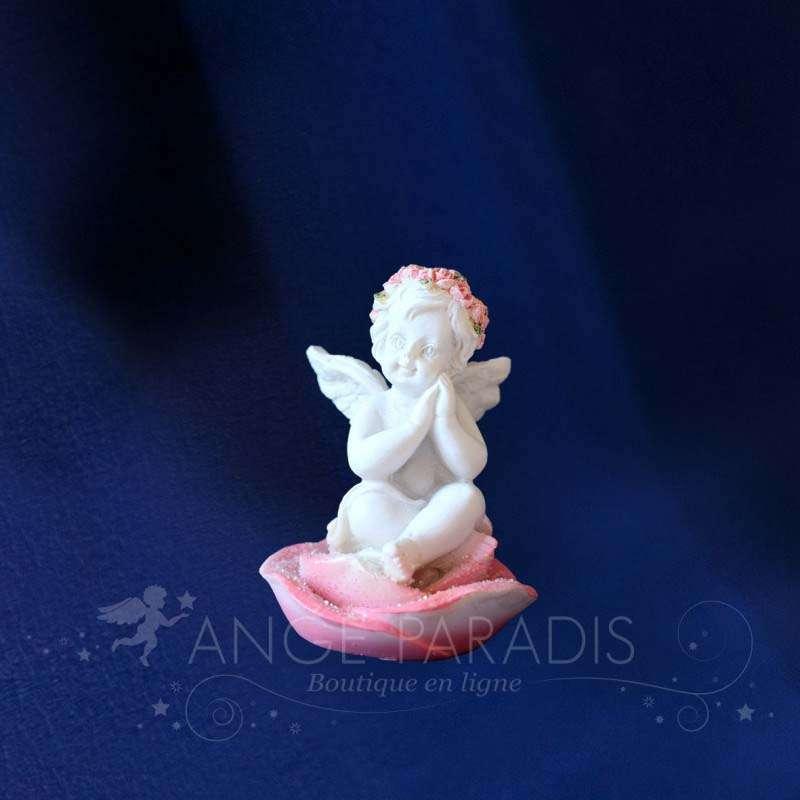 Pequeña Figura Querubin sentado en una rosa